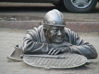 Памятник водопроводчику. Омск.