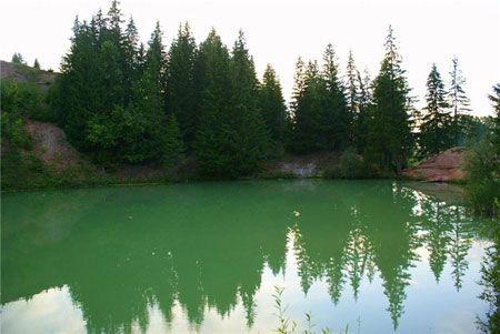 изумрудная вода в озере Морской глаз